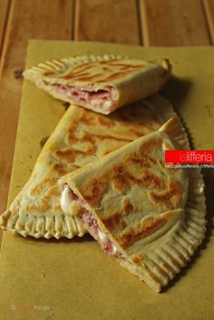 Cascione romagnolo con prosciutto e mozzarella - It is a typical recipe from Emilia-Romagna which comes directly from the piadina. Unlike this, however, it is stuffed and folded before cooking #food #italian