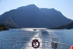 Must do Albanië: Lake Koman Ferry - Travelshot. Backpacker, Mountains, Nature, Travel, Albania, Graz, Majorca, Backpacking, Naturaleza