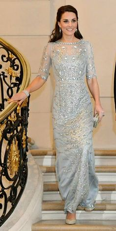 Princess Kate looking elegant descending staircase, ice blue gown, regal, gorgeous. Lady Diana, Looks Kate Middleton, Kate Middleton Dress, Duchesse Kate, Princesse Kate Middleton, Herzogin Von Cambridge, Kate And Meghan, Prinz Harry, Estilo Real