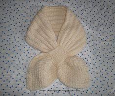 """L'hiver arrivant en force, j'ai décidé d'essayer ce modèle d'écharpe """"feuille"""" avec passant. Pour qu'elle soit bien chaude, j'ai tricoté le ..."""