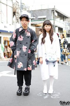 Harajuku guy in floral coat from Comme des Garcons Homme Plus and cap with girl in white carrying a cat bag. Seoul Fashion, Tokyo Fashion, Japanese Harajuku, Japanese Street Fashion, Comme Des Garcons, Eclectic Style, Asian Style, Alternative Fashion, Street Style