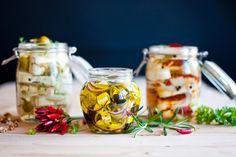 Dobře se naložte! Marinovaná feta s olivami, sýr s modrou plísní a ořechy i klasický nakládaný hermelín