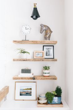 Learn how to style bookshelves and built-ins perfectly. Click here for a 18 foolproof tips.#bookshelfdecor #interiordesign #homedecor #bookshelfdecor Bookcase Styling, Built In Bookcase, Bookshelves, Home Design Decor, Home Decor Items, Diy Home Decor, Room Decor, Interior Decorating Tips, Decorating On A Budget