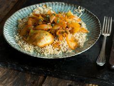 Star des Reisgerichts ist der geschmorte Fenchel, der mit seinem charakteristischen Geschmack den Ton angibt. Dazu: eine fruchtige Tomaten-Safran-Sauce.