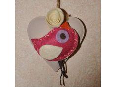 Uccellino in feltro su cuore pendente