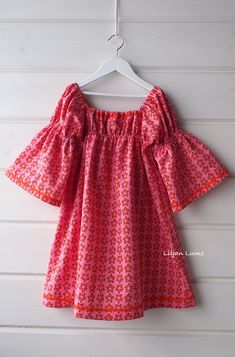 Liljan Lumo: Mekollinen retrompaa romantiikkaa Romantic retro dress for a small  girl Kids Outfits, Retro, Sewing, Blouse, Clothes, Romance, Tops, Dresses, Women