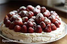 Marengsbund med fløde og masser af jordbær. Så enkelt og så lækkert! Det var vores dessert til Valgaften i aftes. Marengsbunden kan man lave i lidt god tid. Så er det bare at piske fløde og toppe m…