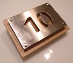 Hausnummer+aus+gebürstetem+Edelstahl+/+Eichenholz+von+Edelstahl-Holz-Inspiration+auf+DaWanda.com