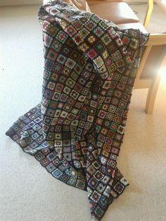 Hæklet tæppe af 800 oldemorfirkanter. Det er godt at få brugt sit eget og andres restegarn ;-)