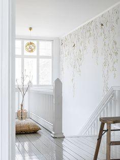 Njut av våren och fyll dina väggar med grönska och rogivande fågelkvitter.