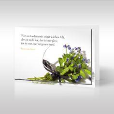 Strauß im Trauerflor  |  Diese Literatur-Beileidskarte wird von einem wunderschönen Trauerspruch von Immanuel Kant geprägt. Das Thema des Zitats des berühmten Philosophen ist der tröstliche Gedanke, dass die Verstorbenen in den Erinnerungen weiterleben, die wir an sie haben.  https://www.design-trauerkarten.de/produkt/strauss-im-trauerflor-4/