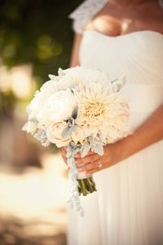 peach and ivory bouquet Photography by Amanda McKinnon Photography / amandamckinnon.com, Event Design   Planning by Kristeen LaBrot Events / kristeenlabrotevents.com, Floral Design by Fleuretica / fleuretica.com
