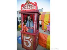 At the last minute this Halloween we decided to decorate in a creepy carnival th… - Rosenmontag Scary Carnival, Scary Circus, Haunted Carnival, Carnival Decorations, Halloween Circus, Scary Clowns, Theme Halloween, Halloween Haunted Houses, Outdoor Halloween