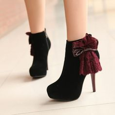 Schwarze boots, with a cute little added flare to them :)