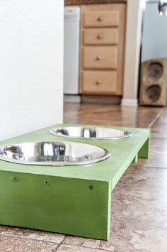 Stop dog bowls from sliding around the floor with this easy DIY dog food and water bowl stand made from wood. Dog Food Bowl Stand, Dog Food Stands, Dog Food Bowls, Pet Bowls, Natural Pet Food, Wood Dog, Diy Stuffed Animals, Diy Pallet, Pallet Ideas