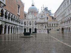 Patio interior del #PalacioDucal, con los pozos de brocal de bronce del s. XVI, la fachada del reloj y la Scala del Giganti. http://www.venecia.travel/lugares-para-visitar/palacio-ducal/ #Venecia #Italia #viajar