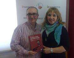 Alfred López y Clara Bayo de Badanotis posan con un ejemplar del libro Vuelve el listo que todo lo sabe