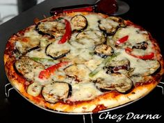 Toujours avec la pâte magique,je vous poste une délicieuse pizza aux aubergines grillées et poivrons,une pizza ensoleillée bien. saison ,pleine de goût et de saveurs. les aubergines dans la pizza sont un pur délice! une pâte à pizza avec la pâte magique...