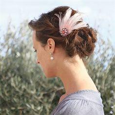 #Haaraccessoire van veren en een broche #bruid #bruidskapsel #weddinghair #bride / www.witenzilver.nl