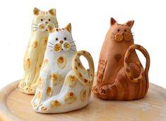 פיסול חתול מקרמיקה - פסל חתול מקרמיקה ,החתול מקרמיקה מפוסל  ומצויר ביד . החתול מצופה בגלזורה מבריקה. לאחר הציור במכחול  הקרמיקה נכנסת לשריפה בתנור קרמי,שריפת הקרמיקה Ceramics, Mugs, Tableware, Ceramica, Pottery, Dinnerware, Tumblers, Tablewares, Ceramic Art