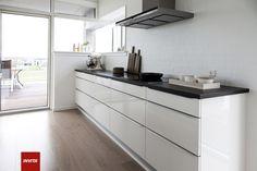 Newline grebet giver et flot modspil til de stamme linjer i det minimalistiske køkken. De karakteristiske Newline greb er resultatet af en perfekt fusion mellem funktion og design.