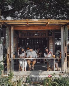 20 coffee shop design ideas for small cafes Small Restaurant Design, Deco Restaurant, Small Cafe Design, Outdoor Restaurant, Small Coffee Shop, Coffee Shop Bar, Cafe Shop Design, Cafe Interior Design, Farm Cafe