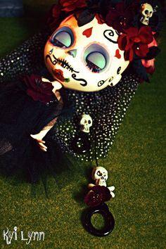 Love the Pullstring!! Frida Muerta Dulce. Sugar skull Blythe by Kay Kay. #muertos #blythe #custom