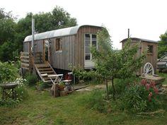 Urlaub in einem alten Bauwagen oder in einer abgelegenen Berghütte ohne Komfort aber umgeben von viel Natur. Aufwachen mit den Hühnern und sich im sprudeln