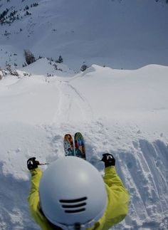 Descente en ski. #skier #montagne #neige Visit snowsportsproducts.com for endorsed products with big discounts.