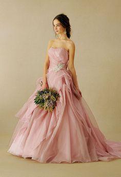Pink Saphir-ピンク・サフィーア-  ローズクォーツのような透明感のあるライトピンクとスモーキーピンクをミックスさせたフェミニンなドレス。ビジューとオーガンジーの華やかなモチーフがアクセントになっています。スカートはエアリーなフリルをランダムにたくしあげて重ねることで、ロマンチックながら甘すぎない大人の可愛さをナチュラルに表現しました。  シルエット  Aライン  素材  シャンブレーオーガンジー