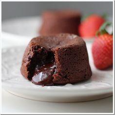 Az egyik legfincsibb és leggyorsabban összedobható csokoládés süti. Dekoratív édesség, hiszen a belsejében krémes csokoládé van, ennek képtelenség ellenállni! Hozzávalók: 1 evőkanál cukrozatlan kakaópor 10 dkg vaj 12 dkg 75 százalé...