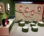 Mobiliario de exterior decorado con musgo