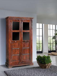 Vitrine der OXFORD-Serie. Der Kolonialstil vereint gekonnt klassische Elemente und kulturelle Einflüsse aus Asien und Afrika. Die wunderschöne Maserung der indischen Akazie ist in einem dunklen, warm schimmernden Honigton lackiert. #möbel #holz #massivholz#wood #wooddesign #wohnzimmer #livingroom #buero #office #interior #home #decor #einrichtung #furniture #ideas #storage #akazie #acacia #kolonialstil #colonialstyle #massivmoebel24 #vitrine #glasscabinett #esszimmer #dining #office #buero
