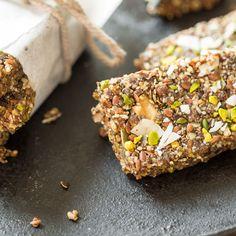 Energie für Kokos-Fans: Kürbiskerne, Leinsamen, Walnüsse,Chia Samen, Rosinen und Datteln verbinden sich mit Kokosöl zu einem süßen Snack in Riegelform.