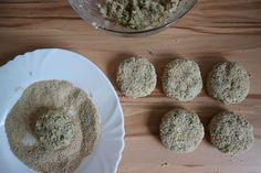 Haferflocken-Frikadellen vegan – einfaches Rezept mit wenig Zutaten Main Meals, Food And Drink, Eggs, Plates, Breakfast, Tableware, Oats Recipes, Hamburger Patties, Vegetarian Recipes
