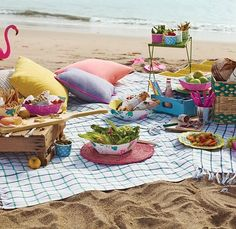 Impress your guests with picnic on the beach. Poppytalk for Target Beach Picnic, Summer Picnic, Beach Party, Summer Fun, Summer Time, Beach Lunch, Ocean Party, Summer Ideas, Recetas Halloween