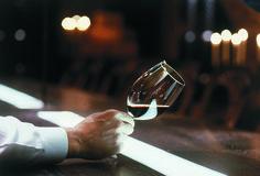 ROYAL RAVINTOLAT – Tiesitkö nämä tarjoilijan työn 10 salaisuutta? 3. Taito yhdistää ruoka ja juoma. Tarjoilija osaa suositella tiettyä juomaa tietyn ruoan kanssa oman kokemuksen, työkavereiden vinkkien tai ravintolan suositusten perusteella. Red Wine, Alcoholic Drinks, Glass, Food, Liquor Drinks, Drinkware, Essen, Alcoholic Beverages, Yemek