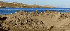 En la playa de Las Canteras, en las Palmas de Gran Canaria, llama la atención un maravilloso Belén realizado con arena que es una auténtica obra de arte.