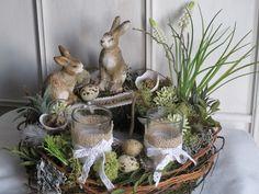 *toller Osterkranz* mit zwei verschieden großen Keramikhasen auf einem Mooskranz. Viel Naturmaterial in Verbindung mit Hyazinthen, Gräsern, Federn, Wachteleiern und kleinen Sternblüten wurden bei...