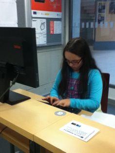 Elsa, CCI da biblioteca Forum, traballando na elaboracion da guia de lectura.