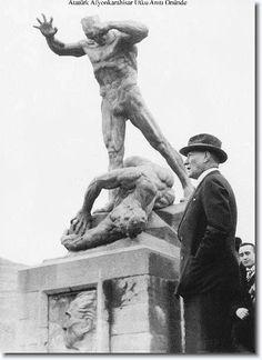 Atatürk Utku Anıtı önünde