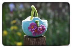 Bezaubernder gefilzte Korb in türkis - weiß mit Gänseblümchen im romantischem Look. Der Korb kann in allen Möglichen Farben hergestellt werden.  Zur Dekoration, Aufbewahrung für Schätze oder als...
