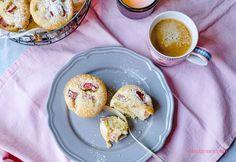Rezept für saftige Rhabarber Muffins - schnell und einfach, sehr saftig! waseigenes.com #Rhabarber Sweet And Salty, Pancakes, Breakfast, Food, Rhubarb Muffins, Oven, Simple, Essen, Morning Coffee