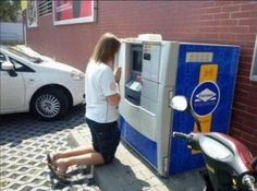#prank #atm  (Via: 世の中いろいろあるんだなと思わずにはいられない、ATMにまつわる写真30枚 )  増やしてください( ̄人 ̄)ってお祈りしたら、増えるのかしら...  (≧m≦)ぷっ!