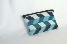 zipper down crochet pouch Crochet Pouch, Crochet Purses, Diy Crochet, Crochet Bags, Crochet Cushions, Tapestry Crochet, Small Bags, Handmade Bags, Crochet Projects