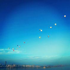 Globos de aire caliente vuelan a través del estrecho de Qiongzhou en Haikou, en la provincia de Hainan al sur de China, durante el H1 Hot Air Balloon Challenge. Quince globos volaron sobre el estrecho en 2,5 horas y lograron aterrizar en la península de Leizhou en Hai'an.  Foto: AFP