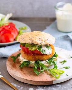 Vegane Süßkartoffel-Burger - - Vegane Süßkartoffel-Burger Süßkartoffel-Rezepte The combination of sweet potatoes and burgers completely convinced us. And with our vegan burgers, you absolutely don't miss any meat! Healthy Breakfast Recipes, Easy Healthy Recipes, Vegetarian Recipes, Easy Meals, Cooking Recipes, Vegetarian Main Dishes, Sandwich Recipes, Crockpot Recipes, Vegan Sweet Potato Burger