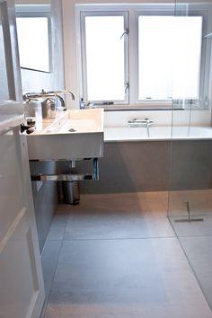 Mosa 90 x 90 cm licht grijs 206V via MoreFloors in badkamer