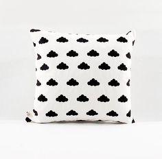 ALMOHADON PATTERN - NUBES. Lona de algodón color crudo. Estampado con serigrafia en color negro. Medidas: 30 x 30 cm/ 40 x 40 cm. Funda + relleno.