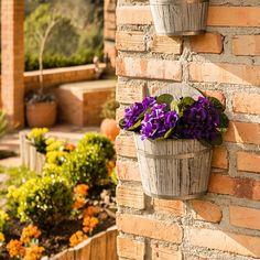 Cachepô Grande de Parede em Madeira e Metal - 28x23 cm O Cachepô pode compor tanto um jardim e varanda quanto a parte interna de um ambiente. Este em madeira de parede deixará suas plantinhas bem acomodadas, além de deixar o ambiente ainda mais belo.